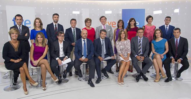 Los responsables de TVE y el equipo de presentadores de los...