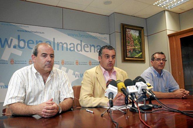 Javier Carnero junto a dos ediles, cuando era alcalde de Benalmádena.