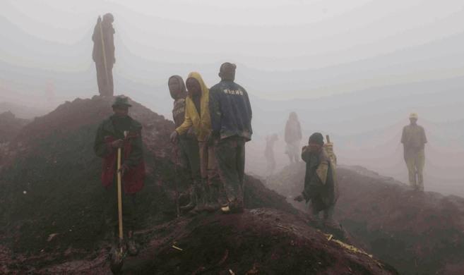 Trabajadores en la mina de Rubaya, envueltos en la espesura de la...