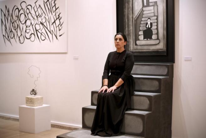Aurora Carbonell posa delante de su cuadro ' Voces de muerte...