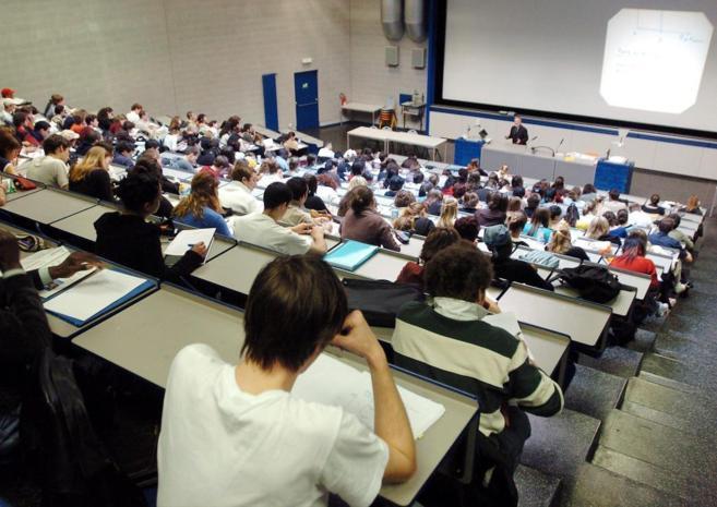 Un grupo de estudiantes universitarios asiste a una clase, en la...