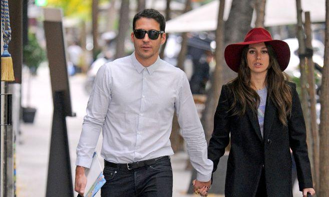 Miguel Ángel Silvestre y Blanca Suárez paseando de la mano.