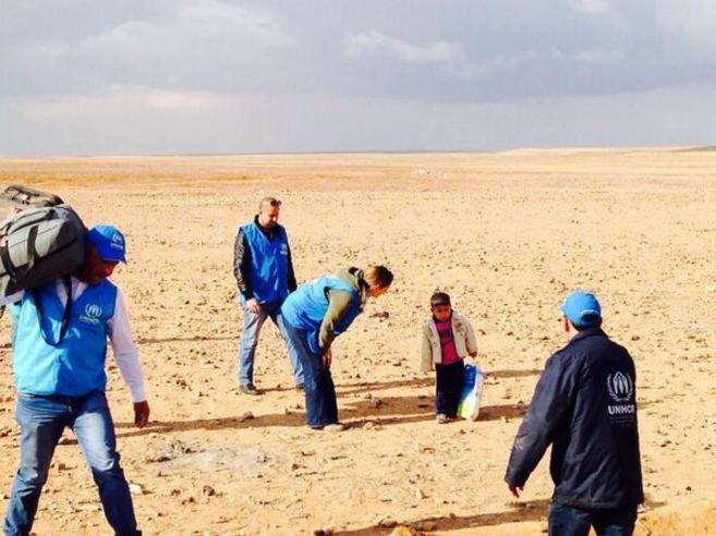 Personal de ACNUR recibe al pequeño Marwan, de cuatro años, nada...