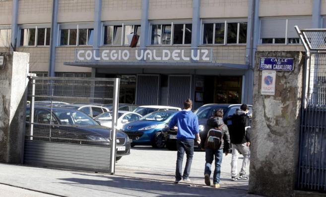 Varios alumnos entrando al colegio Valdeluz.