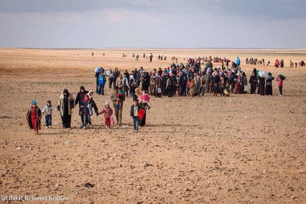 El grupo de refugiados que llegó ayer a la frontera jordana y entre los que se encontraba Marwan al fondo de la imagen.