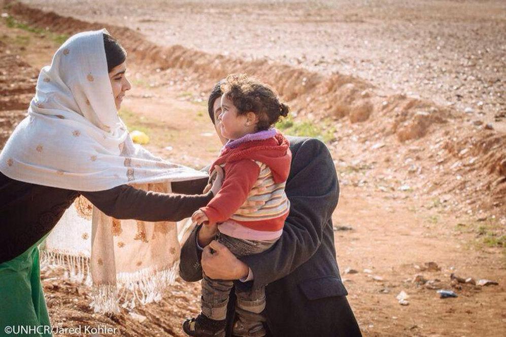 Malala Yousafzai, la niña que plantó cara a los talibanes, se encontraba ayer en el campamento de refugiados al que llegó Marwan. En la fotografía se ve como recibe a otro de los niños que llegó en el mismo grupo de refugiados en el que iba Marwan.