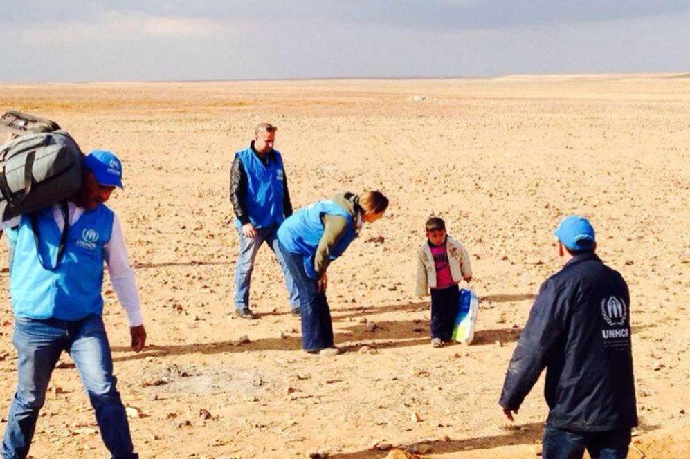 La imagen que ha dado la vuelta al mundo y que se ha convertido en el espejo del drama de los refugiados sirios. En ella se ve a Marwan, un niño de tan solo 4 años, que se despistó de su familia cuando cruzaba el desierto camino de la frontera de Jordania y que llegó finalmente solo.
