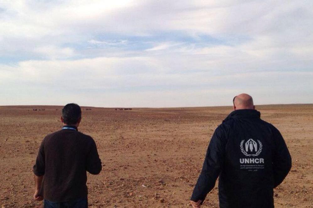 Mañana del pasado 10 de febrero. Personal de ACNUR esperan en la frontera a otro grupo de refugiados, que se puede ver al fondo, que huyen del drama de la guerra siria.