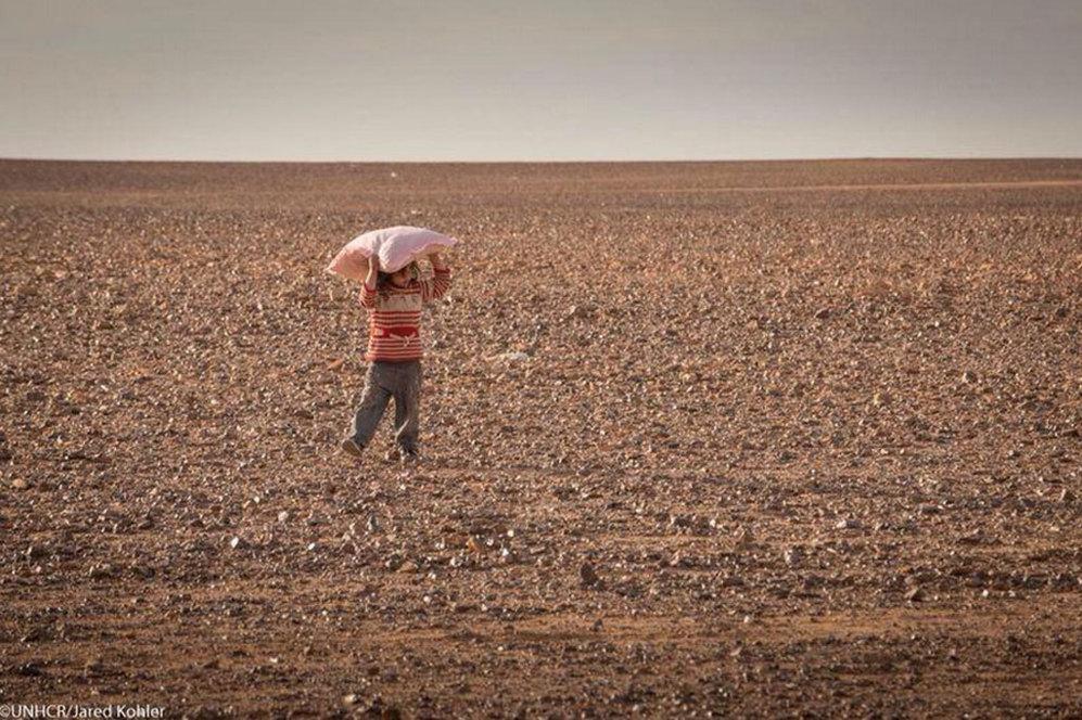 Podría ser Marwan, pero su nombre es Raghad y tiene 5 años. Llegó el pasado 23 de enero al mismo lugar donde lo hizo ayer Marwan. La imagen es más que similar. Con tan solo su almohada y en medio del desierto buscando un lugar lejos de la guerra. Esta niña llegó junto a su familia.
