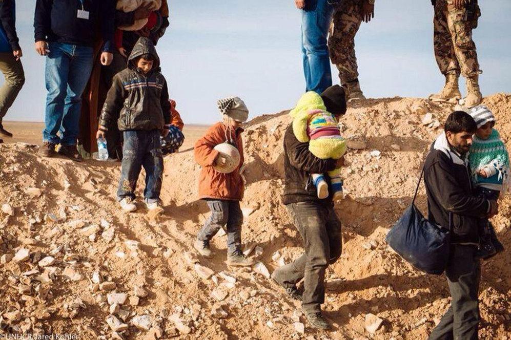 Qasim, otro niño con su balón, y otros refugiados sirios el pasado 22 enero. Dos años después del comienzo de la guerra en Siria, más de 2 millones de personas han abandonado sus casas y han buscado un refugio seguro en países vecinos como Líbano, Jordania, Irak y Turquía. Además, más de 6,5 millones de sirios están desplazados dentro del país.