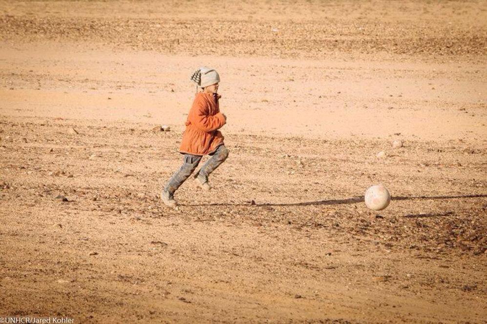 Qasim, después de llegar a la frontera jordana, no dudó en soltar su balón y jugar al fútbol.