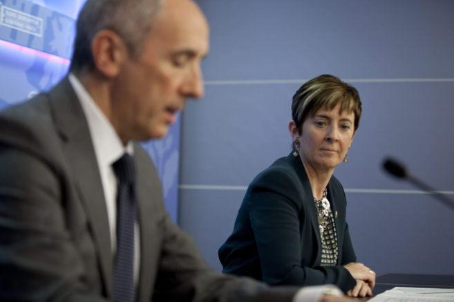 El portavoz del Gobierno, Josu Erkoreka, y la consejera Arantza Tapia,...