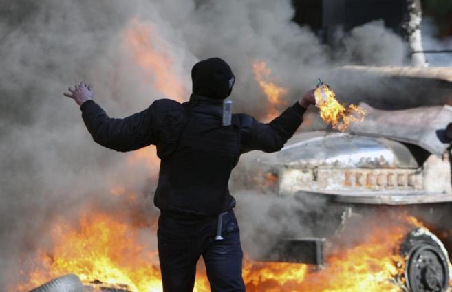 Un manifestante lanza un 'cóctel molotov' en Kiev.
