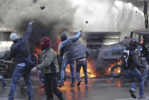 Manifestantes lanzan piedras y bombas incendiarias contra la policía...