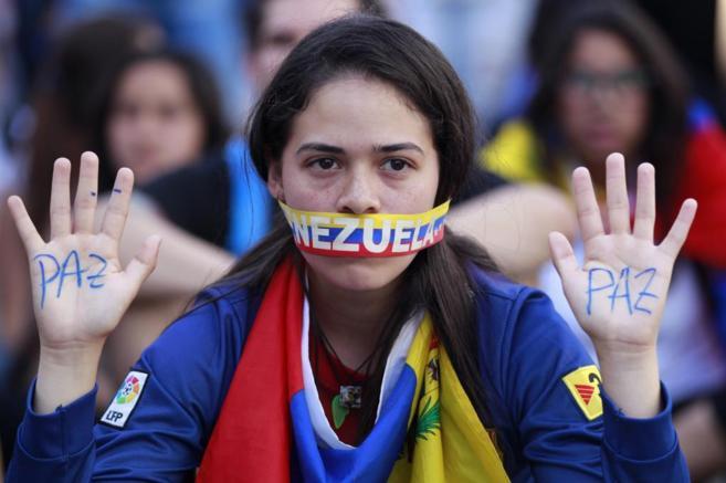 Una estudiante participa en una protesta contra Nicolás Maduro en...