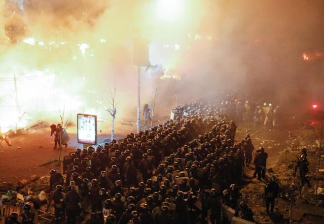 Formación policial en la Plaza de la Independencia de Kiev.