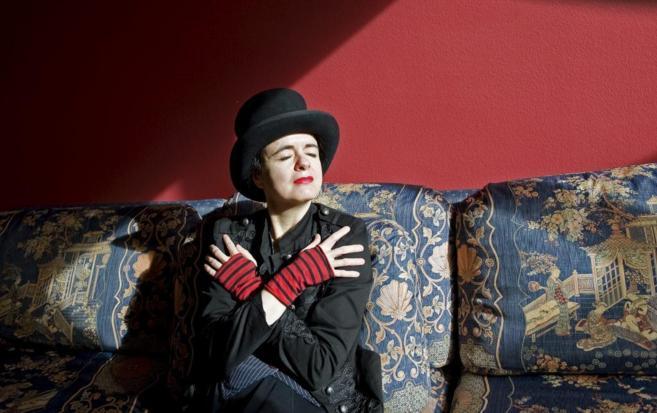 Amélie Nothomb posa con uno de sus peculiares sombreros en Barcelona.
