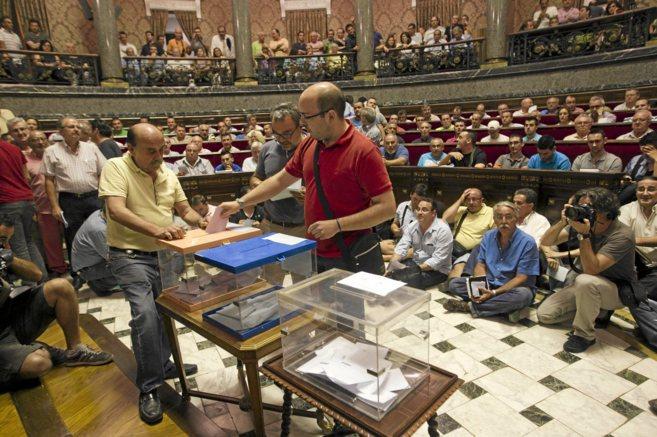 Los presidentes de comisiones votan en una Asamblea de presidentes de...