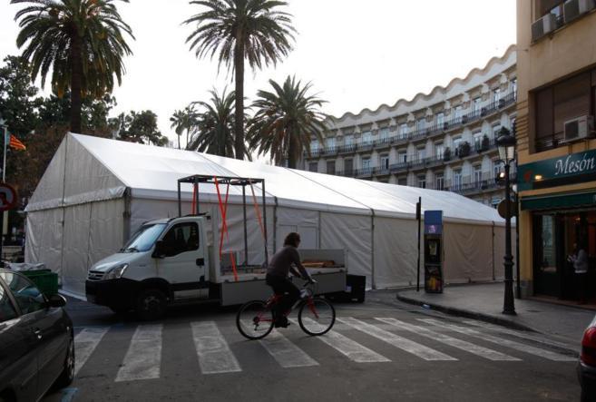 Una carpa fallera cortando una calle en el centro de Valencia.