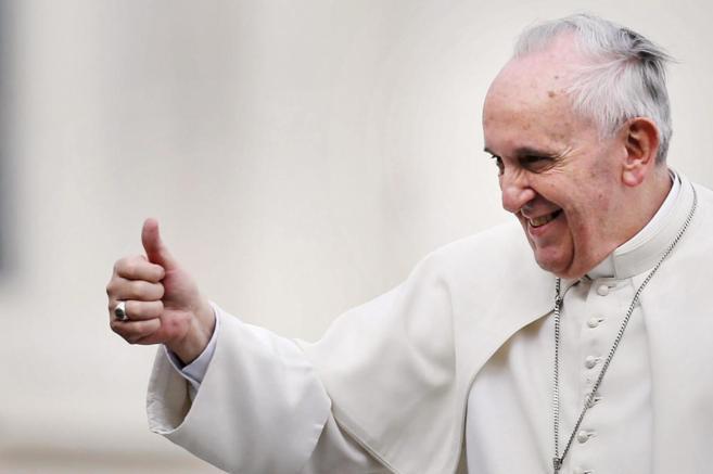 El papa Francisco sonríe durante la audiencia en la plaza de San...