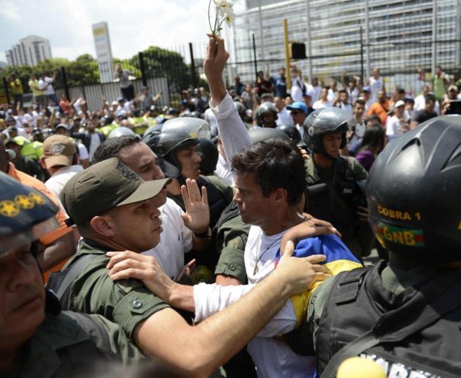 Leopoldo Lopez, en el momento de ser detenido.