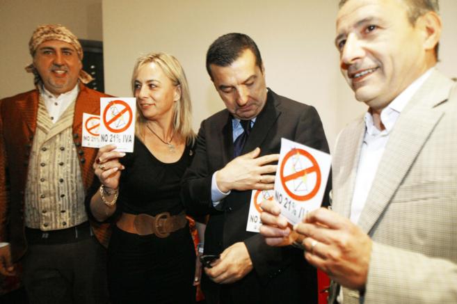 Castedo, Llorens y Postigo defendiendo la bajada del IVA para...
