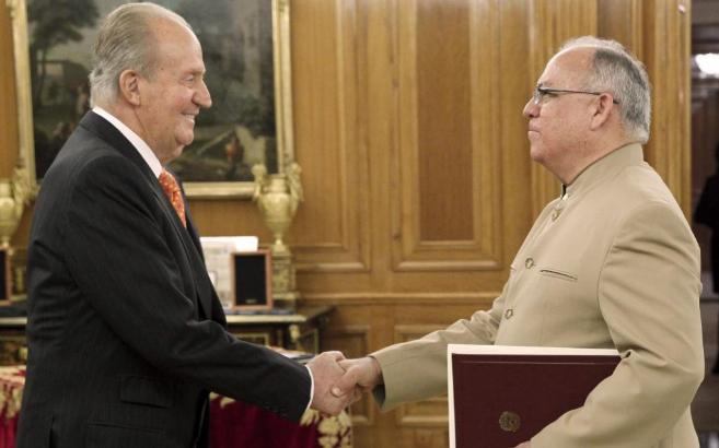 El embajador de Venezuela en España, Mario Isea, junto al Rey Juan...