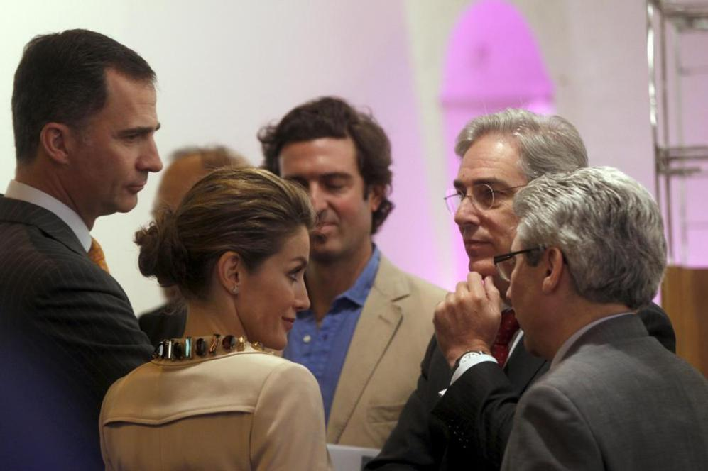 De izqda. a dcha., Don Felipe, Doña Letizia, el artista Juan...