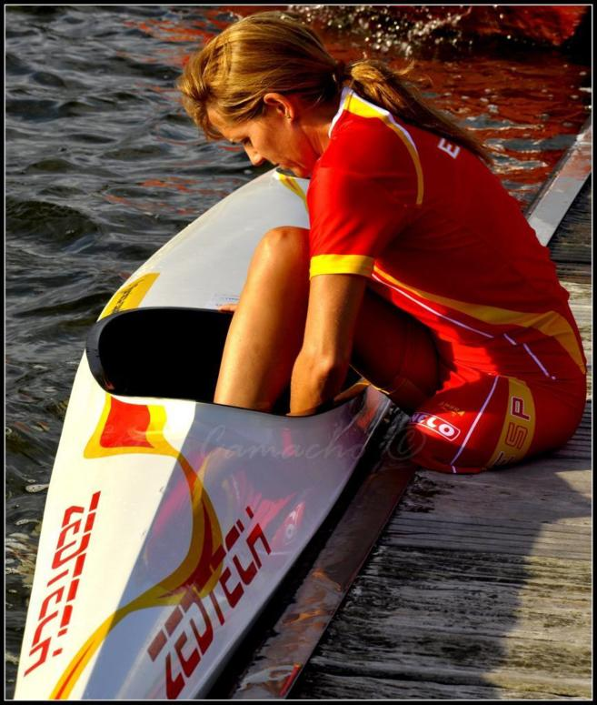 Silvia se prepara para subir al kayak.