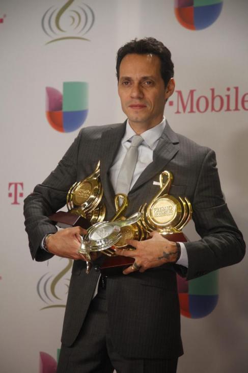Marc Anthony posa tras recibir los galardones.