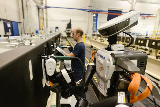 Un robot trabaja en una de las cadenas de producción de Airbus en...