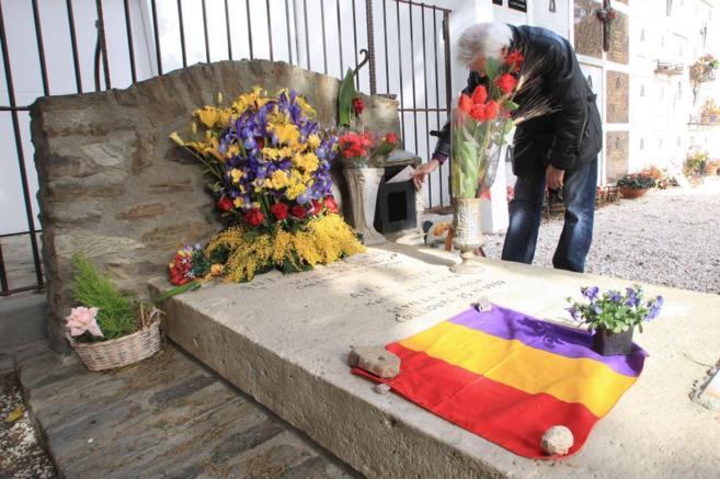 Un hombre introduce una carta en el buzón junto a la tumba de Antonio...