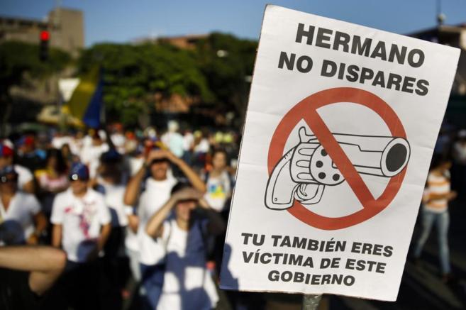 Uno de los carteles que la oposición ha popularizado en sus...