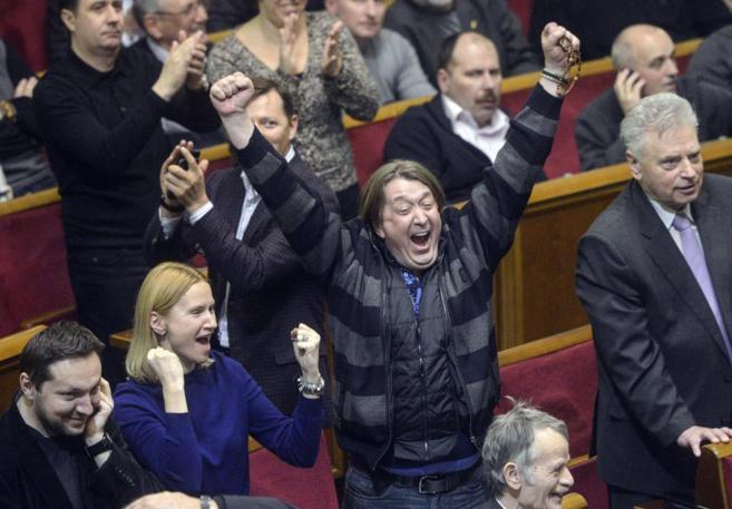 Varios miembros de la oposición muestran su alegría durante la...