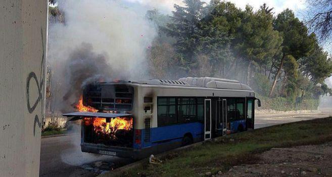 El autobús de la EMT en llamas, este viernes por la tarde.