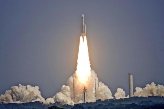 Lanzamiento de un cohete Ariane 5 desde la base europea de Kurú...