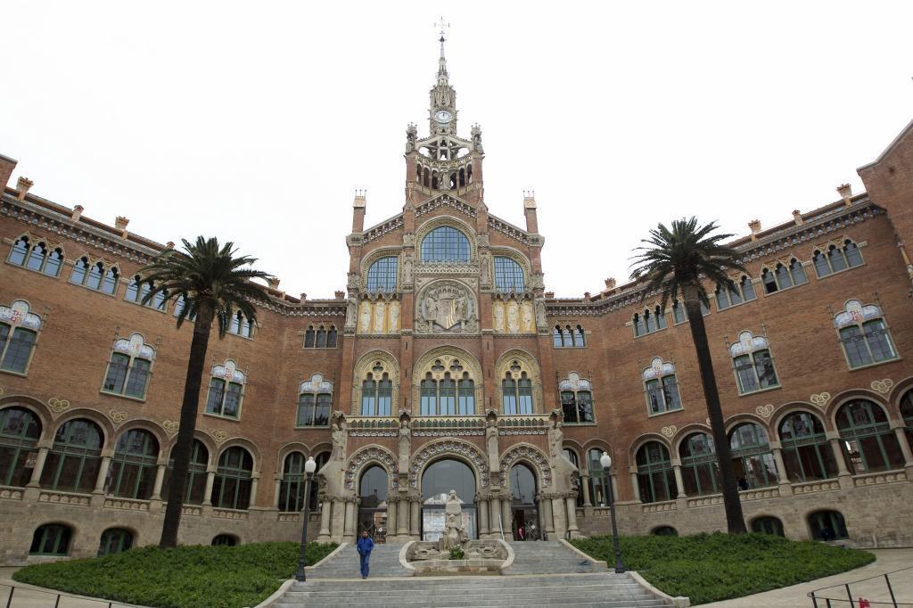 Tras la restauración la fachada de Sant Pau ha recuperado sus colores...