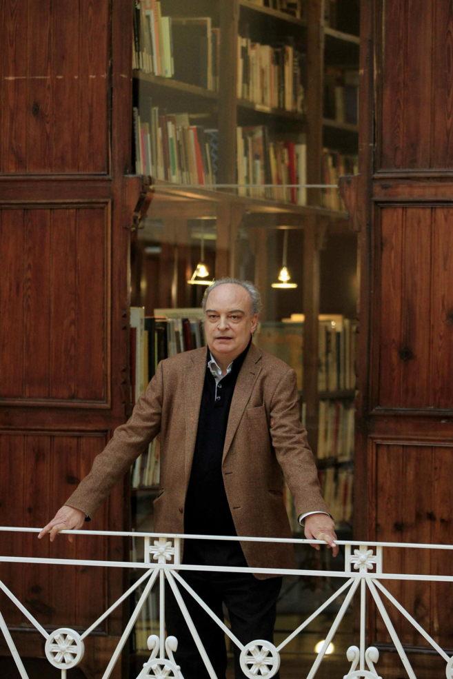 Enrique Vila-Matas, en la biblioteca de la Fundación Tàpies.