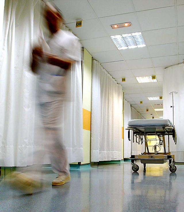 Un enfermero deja la camilla por una lesión en la mano