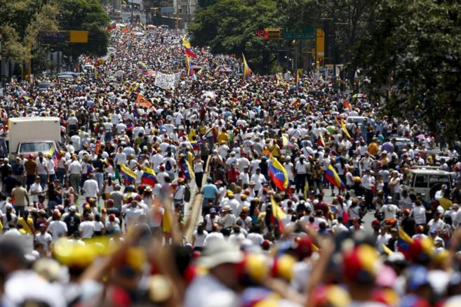 Miles de opositores protestan contra el Gobierno de Nicolás Maduro en...
