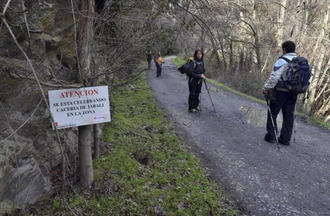 Senderistas recorren un camino de la Sierra de Madrid.