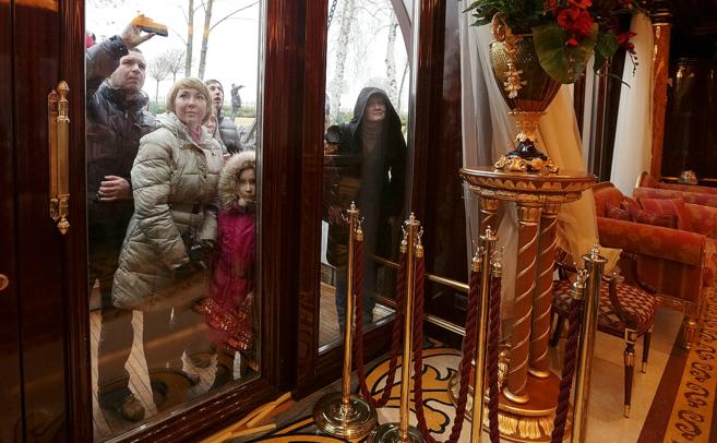 Ucranianos observan el interior de la residencia del ex presidente...