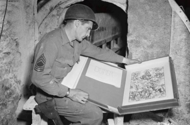 Un soldado de los 'Monuments Men' recupera un grabado de...