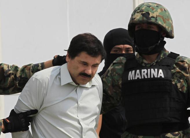 Joaquin 'El Chapo' Guzmán, escoltado por un grupo de...