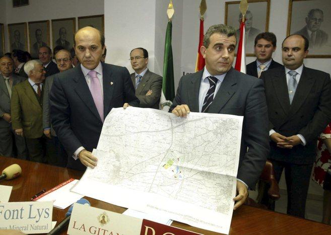 Antonino Gallego, junto a Del Nido, cuando era alcalde de Bollullos.