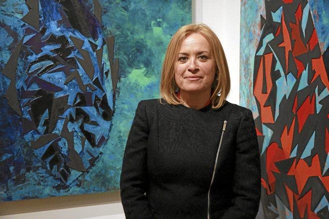 Mercedes Sola, ante algunas de sus obras en Nueva York.