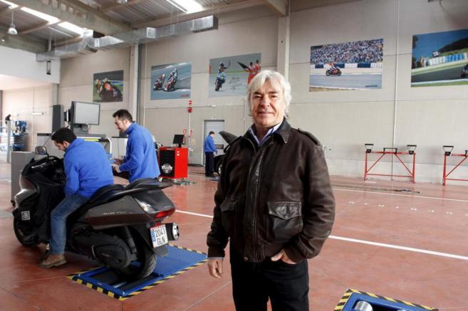 Ángel Nieto, en el centro de ITV que ha montado en...