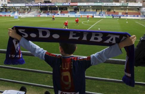 Un joven seguidor del Eibar, en el estadio de Ipurúa antes del...