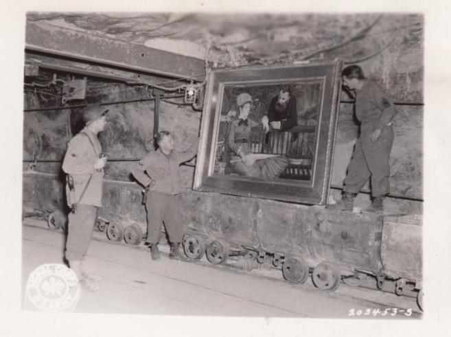Tres soldados de EEUU junto a un cuadro de Manet en las minas de...