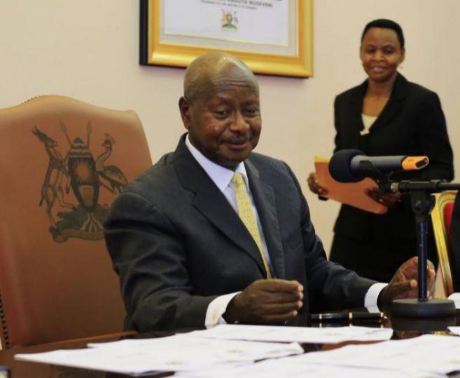 El presidente de Uganda, Yoweri Museveni, firmando la nueva ley en...